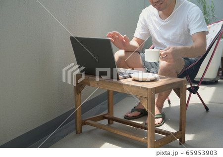 ベランダでテレワークをする男性 リモートワーク 屋外 パソコン 65953903