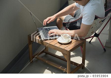 ベランダでテレワークをする男性 リモートワーク 屋外 パソコン 65953904
