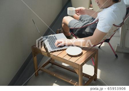 ベランダでテレワークをする男性 リモートワーク 屋外 パソコン 65953906