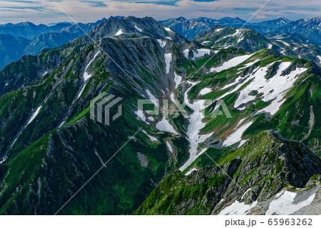 剣岳の登りから見る剣沢・立山連峰と北アルプスの山並み 65963262
