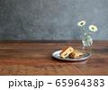 レーズンバターサンドとレトロなテーブル 65964383