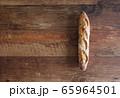 テーブルの上のバゲット 65964501