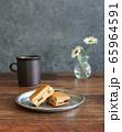 テーブルの上のレーズンサンド 65964591