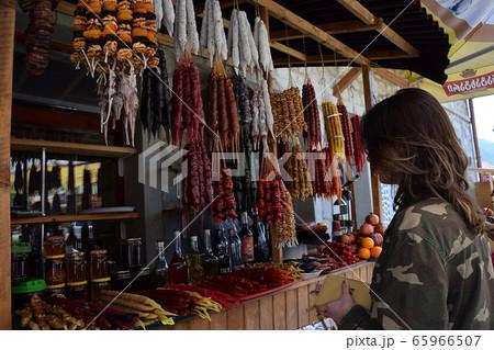 ジョージアの小売店と買い物をする女性 65966507