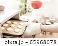 お菓子作り 女性 65968078