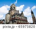 オランダのデルフトの街並み 歴史的なレンガ造りの建物と背の高い大聖堂 65973820