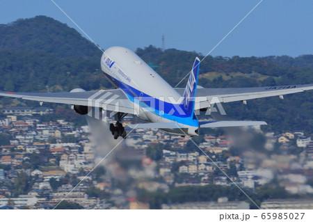 大阪伊丹空港より飛び立つANA機 65985027