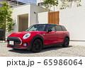 建物_新築住宅、赤い自動車、玄関、アプローチ 65986064