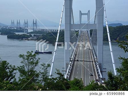 瀬戸大橋(鷲羽山から車道が中心線から次の島に続くのが見える)横 65990866