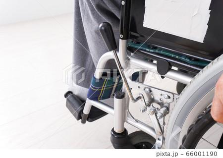 車椅子に乗る高齢の男性 66001190