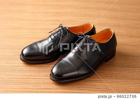 綺麗な革製の黒いビジネスシューズ 66022736
