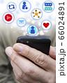 男性がスマートフォンでSNSを楽しむイメージ 66024891