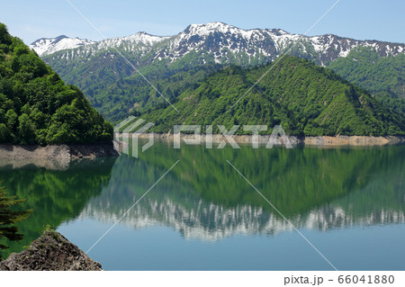 春の田子倉湖と残雪の山並み 福島県只見町 66041880