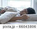 若い男性の寝顔 66043806