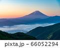 (山梨県)新緑・雲海・池の茶屋林道から望む、富士山 66052294