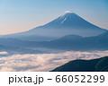 (山梨県)新緑・雲海・池の茶屋林道から望む、富士山 66052299