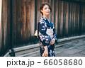 浴衣の女性と京都の街並み 66058680
