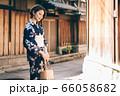 浴衣の女性と京都の街並み 66058682