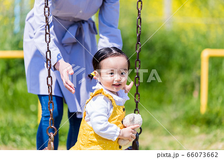 子供と家族 公園で遊ぶ親子 66073662