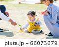 子供と家族 公園で遊ぶ親子 66073679
