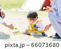 子供と家族 公園で遊ぶ親子 66073680