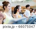 若い女性、スポーツジム、ランニングマシーン 66075047