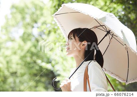 日傘をさす若い女性 66076214