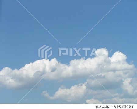 初夏の青い空と白い雲 66078458