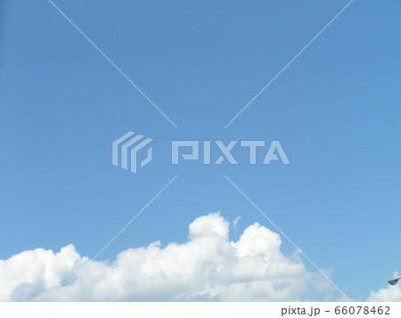 初夏の青い空と白い雲 66078462