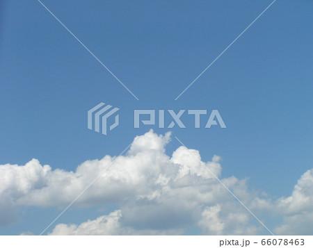 初夏の青い空と白い雲 66078463