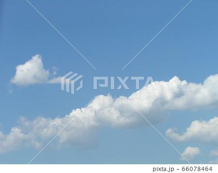 初夏の青い空と白い雲 66078464