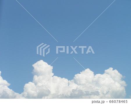初夏の青い空と白い雲 66078465