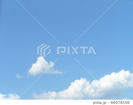 初夏の青い空と白い雲 66078506