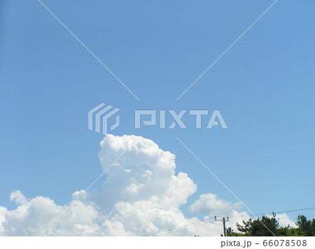 初夏の青い空と白い雲 66078508