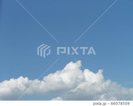 初夏の青い空と白い雲 66078509