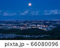《東京都》多摩地域・月の出の東京郊外夜景 66080096