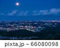 《東京都》多摩地域・月の出の東京郊外夜景 66080098