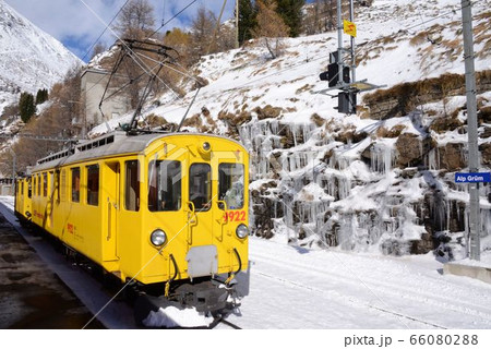 スイスの世界遺産鉄道を走る電車・アルプgリュム駅 66080288