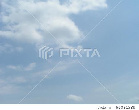 初夏の青空と白い雲 66081539