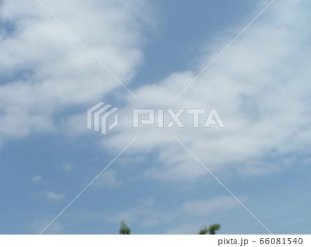 初夏の青空と白い雲 66081540