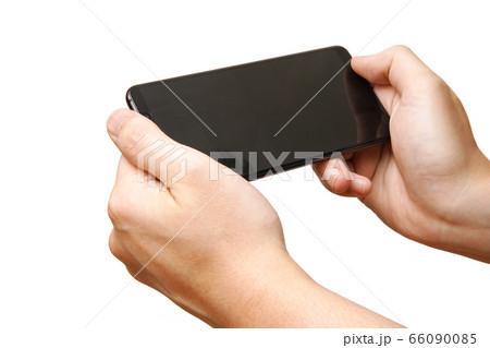 スマホでゲームをする男性の手-白背景 66090085