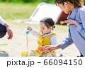子供と家族 公園で砂遊び 66094150