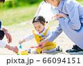 子供と家族 公園で砂遊び 66094151