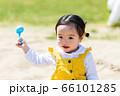 子供と家族 公園で砂遊び 66101285