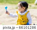 子供と家族 公園で砂遊び 66101286