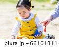 子供と家族 公園で遊ぶ親子 66101311