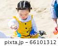 子供と家族 公園で砂遊び 66101312