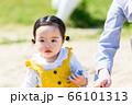子供と家族 公園で砂遊び 66101313