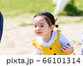 子供と家族 公園で砂遊び 66101314