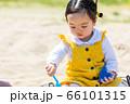 子供と家族 公園で砂遊び 66101315